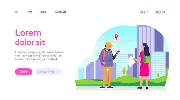 目的地を尋ねる紙の地図を持つ観光客。セルの位置情報アプリを使用して、男性が女性に道を説明します。ウェブサイトのデザインやランディングウェブページのナビゲーション、旅行のコンセプト