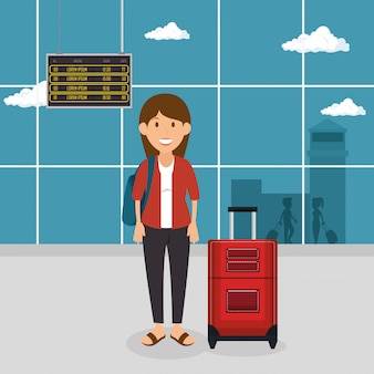 Туристическая женщина с чемоданом в аэропорту