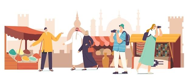 カメラを持った観光客の男性と女性のキャラクターとアラブのドレスを着た地元の人々がアラビア市場のコンセプトを訪れます。スパイス、ラグ、陶器を持って屋台を歩く旅行者。漫画のベクトル図