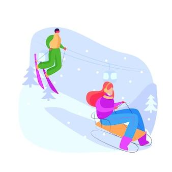 下り坂でソリとスキーをする観光客