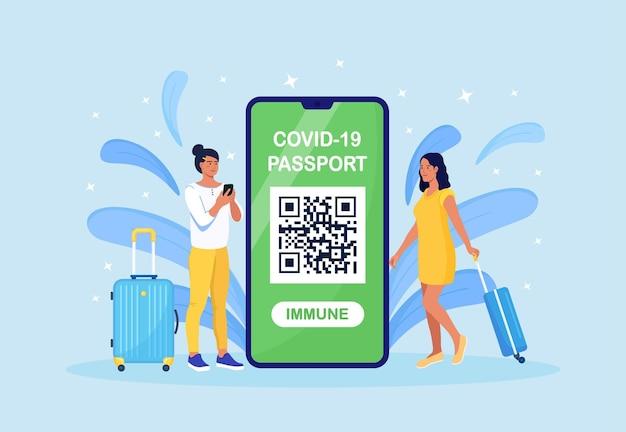 携帯電話に荷物とコロナウイルス免疫文書を持っている観光客。予防接種証明書アプリ。コロナウイルスのパンデミック時に旅行するための国際パスポート。乗客の健康状態の監視