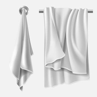 Полотенце свисает с вешалки для полотенец