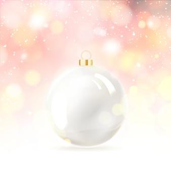 Игрушечный шар для новогодней елки над снегом