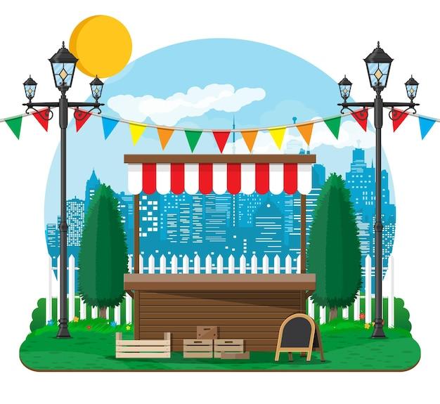旗、木枠のチョークボードが付いている伝統的な市場の空の木製の屋台。都市公園、街灯、樹木。雲と太陽のある空。夏の都市公園での余暇。ベクトルイラストフラットスタイル