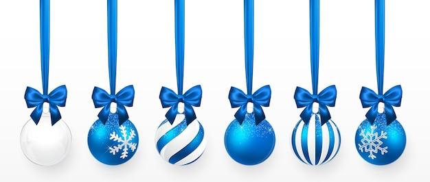 雪の効果と青い弓のセットと透明で青いクリスマスボール