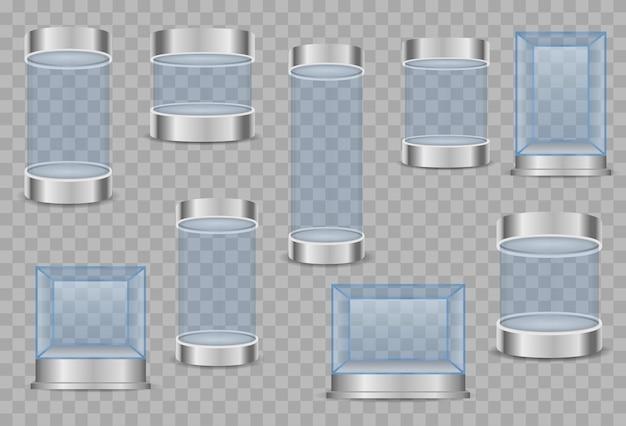 Прозрачные хрустальные кубы и пустые витрины цилиндров
