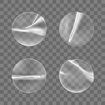 Набор прозрачных круглых клейких наклеек изолированы. пластиковая мятая круглая липкая этикетка с клеевым эффектом.