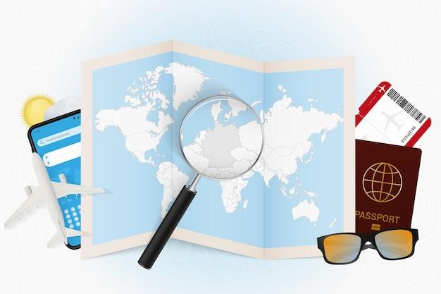 여행 목적지 독일, 여행 장비가 있는 관광 모형, 독일에 돋보기가 있는 세계 지도.