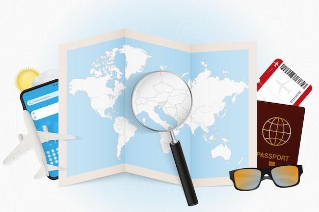 여행 장비와 세계 지도가 있는 여행 목적지 슬로베니아 관광 모형