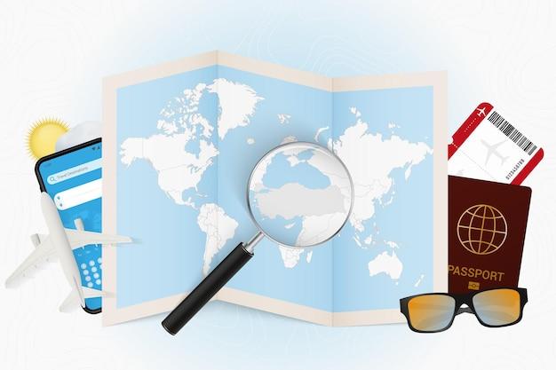 Туристическое направление турции туризм с туристическим оборудованием и карта мира с увеличительным стеклом на турции