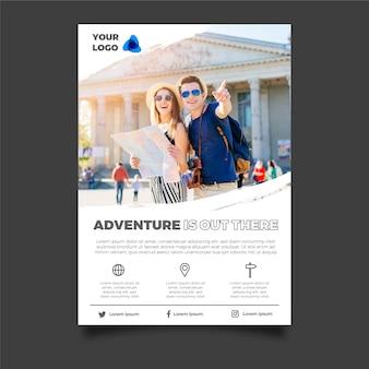 Progettazione del manifesto di viaggio con la foto dei turisti