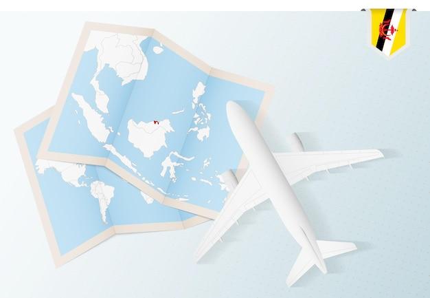 브루나이의 지도와 국기가 있는 탑 뷰 비행기인 브루나이로 여행하십시오.
