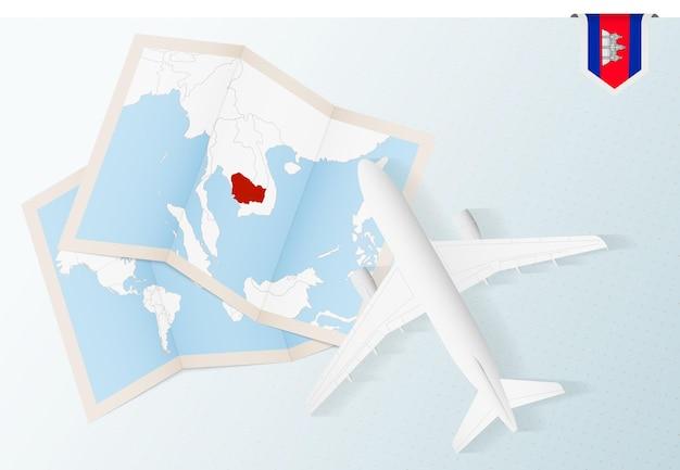 カンボジアへの旅行、地図とカンボジアの旗が付いている上面図の飛行機。