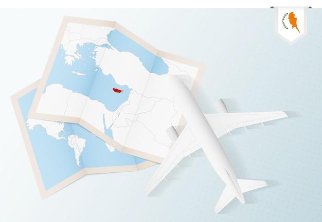 키프로스 지도와 국기가 있는 평면도 비행기인 키프로스로 여행하십시오.