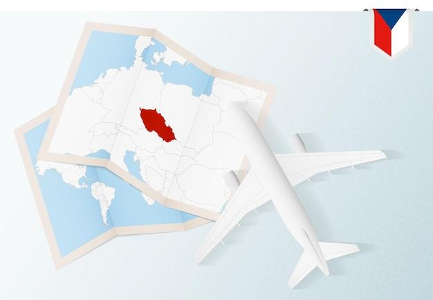 チェコ共和国への旅行、チェコ共和国の地図と旗が付いた平面図の飛行機。
