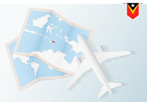 동티모르 지도와 국기가 있는 평면도 비행기인 동티모르로 여행하세요.