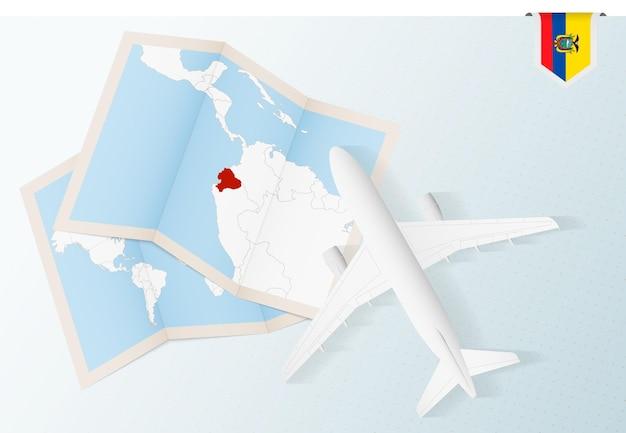 Путешествие в эквадор, самолет вид сверху с картой и флагом эквадора.