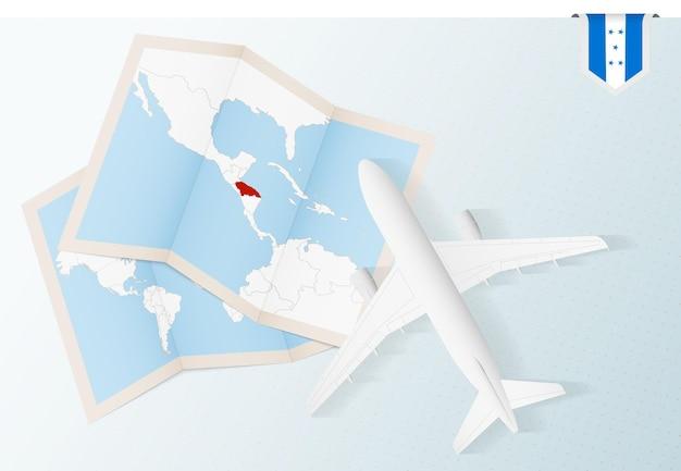 Путешествие в гондурас, вид сверху на самолет с картой и флагом гондураса.
