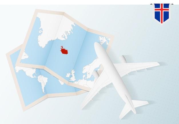 아이슬란드로 여행하세요. 지도와 아이슬란드 국기가 있는 탑 뷰 비행기입니다.