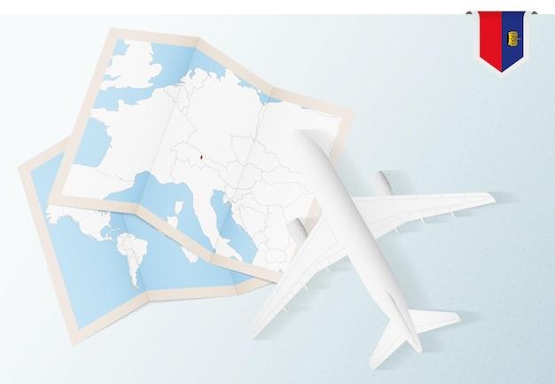 지도와 리히텐슈타인의 국기가 있는 평면도 비행기인 리히텐슈타인으로 여행하십시오.