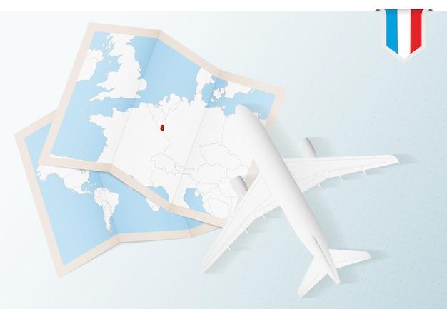 룩셈부르크의 지도와 국기가 있는 평면도 비행기인 룩셈부르크로 여행하십시오.