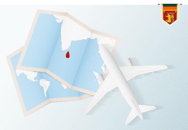 스리랑카의 지도와 국기가 있는 평면도 비행기인 스리랑카로 여행하십시오.