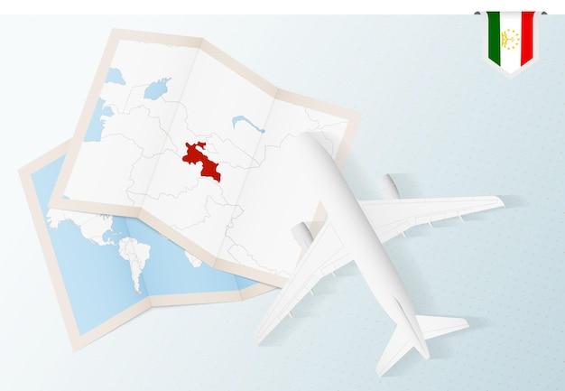 タジキスタンへの旅行、タジキスタンの地図と旗のある平面図の飛行機。