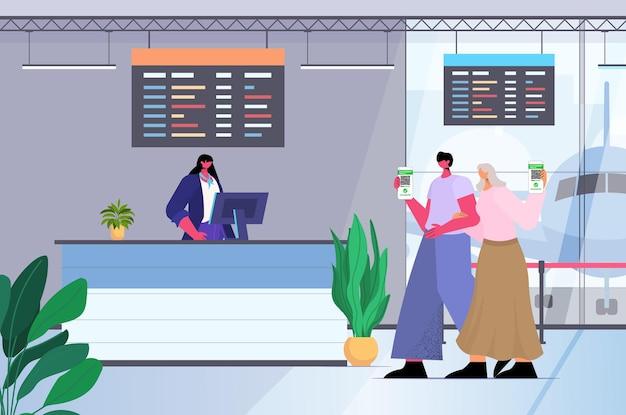 공항 카운터에서 디지털 면역 여권을 사용하는 여행자는 위험이 없는 covid-19 pcr 인증서 코로나바이러스 면역