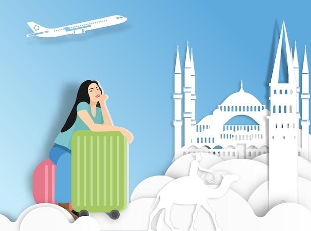 Путешествие женщина с чемоданом на фоне турции