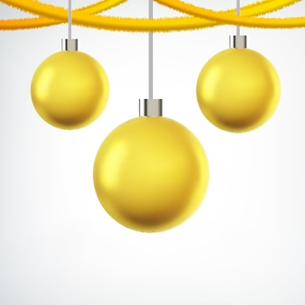 Дерево висит желтые новогодние шары и ленты на белом