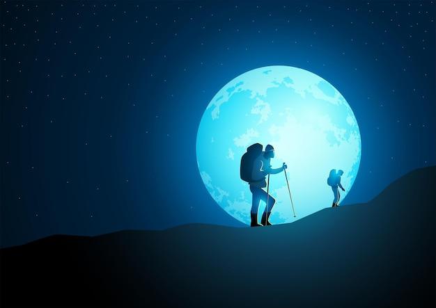背景に美しい満月と山でトレッキングバックパックとトレッカー