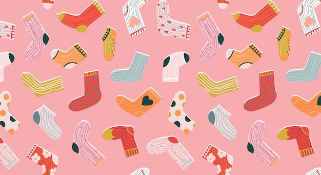 Модные носки бесшовные модели. уютные рисованный мультяшный стиль носки на пастельных розовом фоне. разнообразие забавных носков. современный для канцелярских товаров, текстиля и веб-использования. модная одежда.