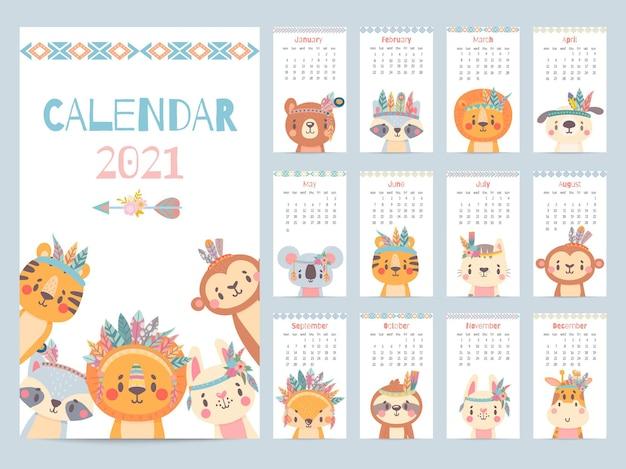 부족 동물 달력입니다. 귀여운 숲 동물, 사바나 캐릭터가 있는 2021년 월간 달력입니다. 곰, 여우와 사자, 토끼, 기린 벡터 이미지. 머리에 깃털과 꽃이 달린 캐릭터