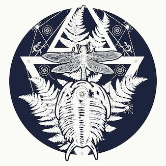 三葉虫、トンボ、シダのタトゥー
