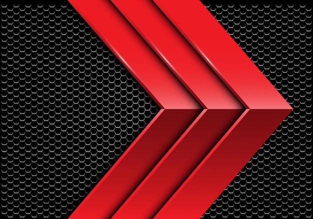 暗い六角形のメッシュの背景にトリプルの赤い金属矢印の方向。