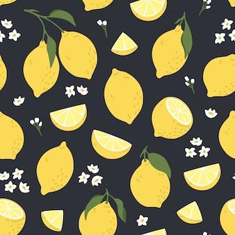 イエローレモンと熱帯のシームレスなパターン。柑橘類、レモンスライス、新鮮な果物、花の夏のプリントは手描きスタイルです。カラフルなベクトルの背景。