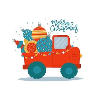 Грузовик везет елочные шары и пикап с огромными украшенными праздничными игрушками.