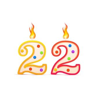 Двадцать два года, 22 числа в форме свечи на день рождения с огнем, изолированных на белом