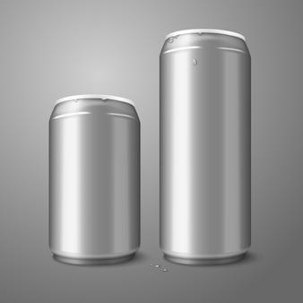 Две пустые алюминиевые пивные банки, изолированные на сером, с местом для вашего дизайна и брендинга.