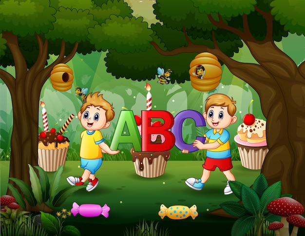 Два мальчика, держа письмо abc в сладком лесу