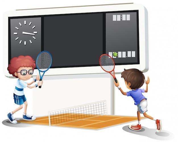 Два мальчика играют в теннис с большой табло