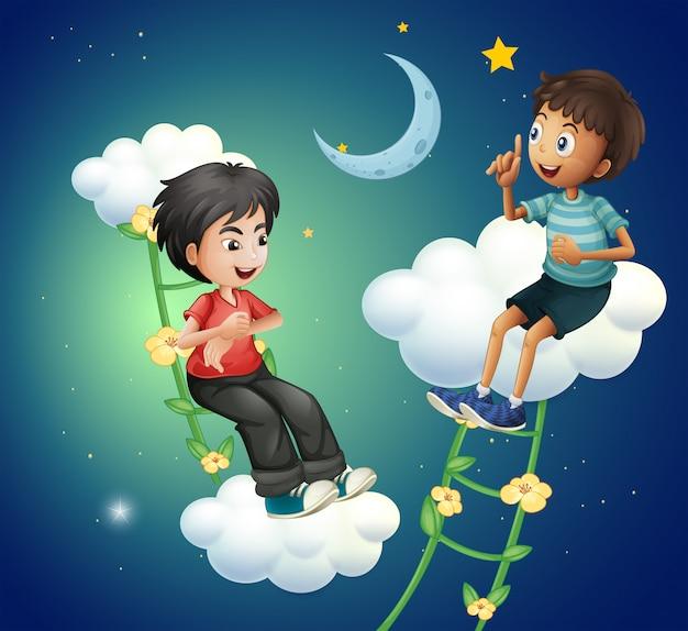 月の近くで話している2人の男の子