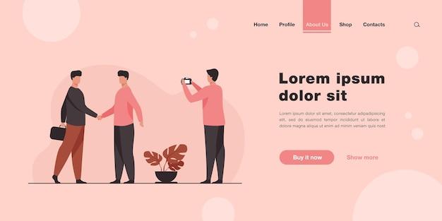Два бизнесмена, пожимая руки, и другой мужчина, делающий фото. целевая страница в плоском стиле