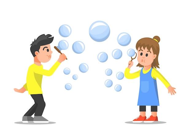 Двое детей играют в мыльные пузыри