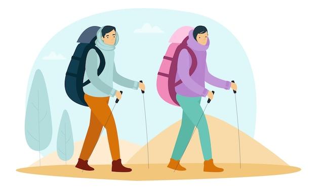 두 명의 등산가가 산을 오르기 위해 걷고 있습니다.