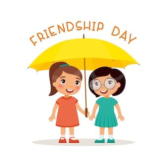 두 명의 귀여운 소녀는 노란 우산으로 서 있습니다. 행복한 학교 또는 취학 전 아이 친구가 함께 연주. 재미있는 만화 캐릭터. 삽화. 흰색 배경에 고립