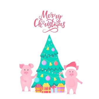 Две милые свиньи украшают елку на новый год 2019. с рождеством христовым рука надписи. пятачок в шапке санта-клауса с леденцом. подарочные коробки