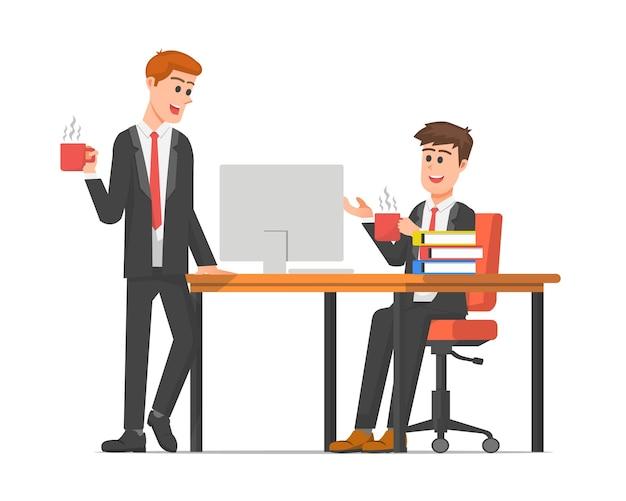 オフィスで話している2人の従業員