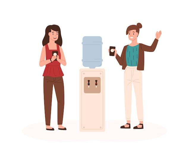 물 냉각기 근처에 서서 친근한 대화를 나누는 두 명의 여성 동료