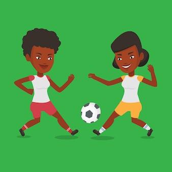 Две женщины футболисты борются за мяч.
